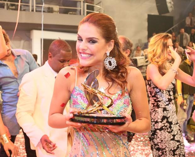 Paloma também exibe seu troféu de segundo lugar muito orgulhosa (Foto: Carol Caminha/Ghow)
