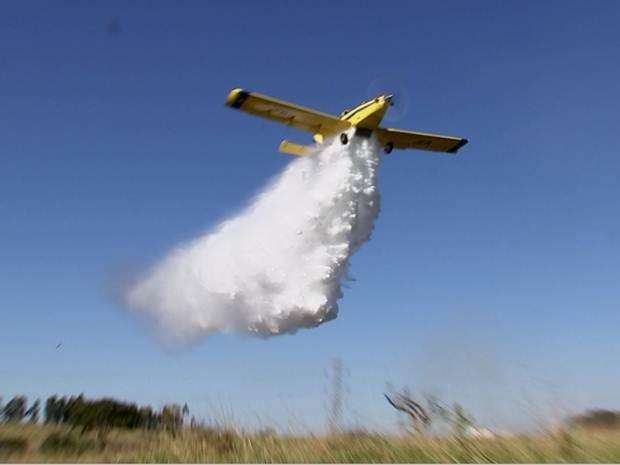 Até um avião agrícola foi utilizado para tentar conter as chamas (Foto: Reprodução / TV TEM)