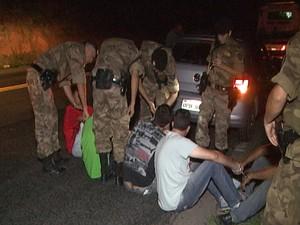 Quadrilha presa suspeita de sequestrar e torturar adolescente em Divinópolis (Foto: TV Integração/Reprodução)