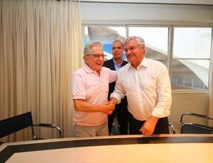 Na transição, cordiolidade marcou relações entre Koff (E) e Odone (Foto: Lucas Uebel/Grêmio FBPA)