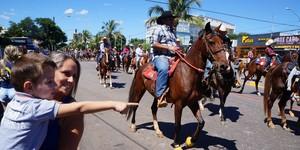 Desfile de cavaleiros resgata a tradição sertaneja e reúne famílias (Rubens Morelli)