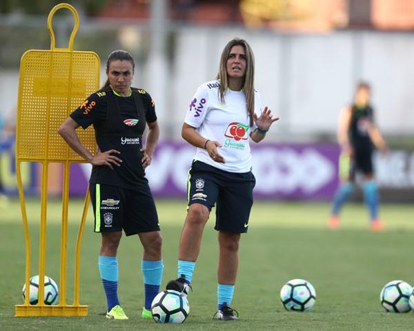 Emily Lima, técnica da seleção brasileira feminina de futebol, com a jogadora Marta (Foto: Divulgação CBF)