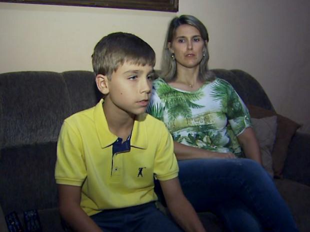 Lucas Bidinelli Filippin ao lado da mãe, Regiane Bidinelli Cabral (Foto: Reprodução/EPTV)