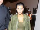 Kim Kardashian usa vestido justo aparentemente sem calcinha