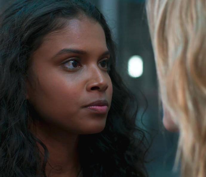 Joana bate de frente e é ameaçada por Bárbara (Foto: TV Globo)