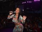 Gretchen, de barriga de fora, dança com o marido em show no Recife