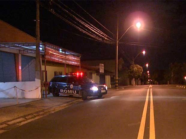 Guarda Municipal prende ladrões em telhado de casas após roubo a bar em Valinhos (SP) (Foto: Pedro Santana/EPTV)
