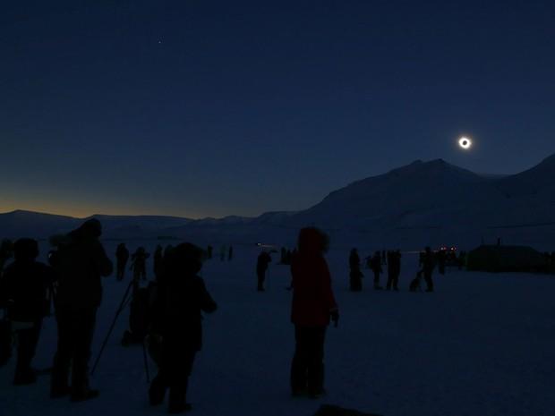 Imagem impressionante mostra o eclipse total do Sol em Svalbard, no Círculo Polar Ártico (Foto: Haakon Mosvold Larsen, NTB Scanpix/AP)