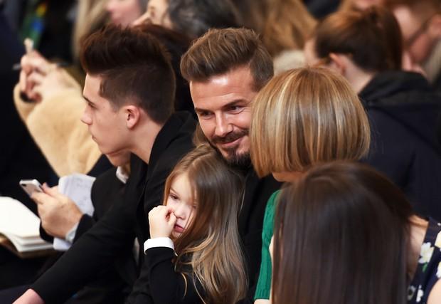 David Beckham e a filha Harper com Anna Wintour (Foto: AFP)