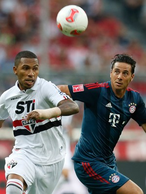 Claudio Pizarro e Paulo Miranda, Bayern de Munique x São Paulo (Foto: AP)