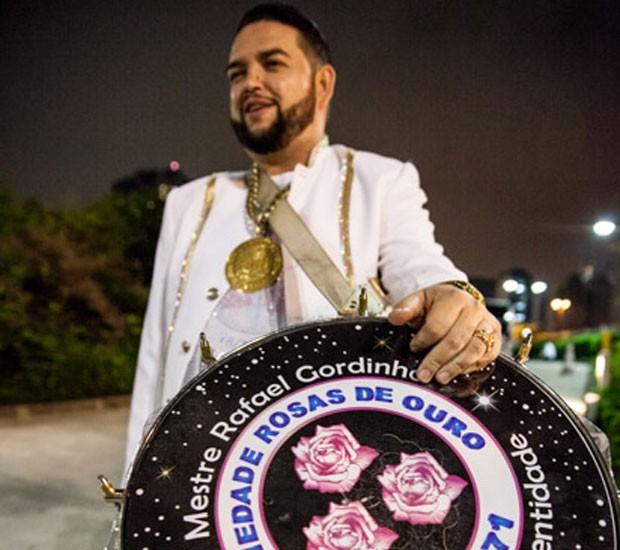 Mestre Rafa comanda a bateria da Rosas de Ouro (Foto: Marcelo Brandt/G1)