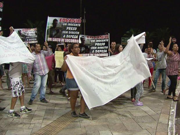 Familiares e amigos estiveram presente no protesto (Foto: Reprodução/TV Tribuna)