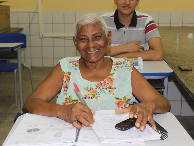 Para Osmarina, idade não é motivo para deixar de estudar  (Foto: Carlienne Carpaso/G1)