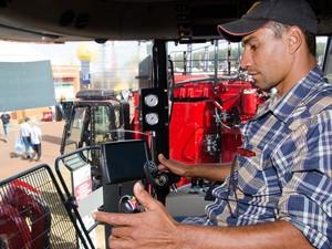 O operador Luis Augusto Biagi confere máquina na Agrishow (Foto: Érico Andrade/G1)