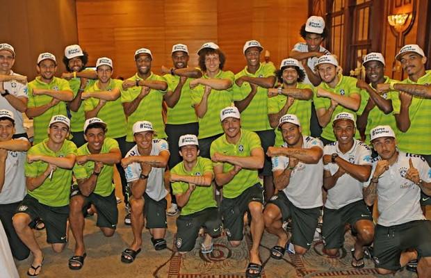 """Jogadores da Seleção posam com boné escrito """"Força Neymar"""" antes da partida contra a Alemanha, pela semifinal da Copa (Foto: Ricardo Stuckert/CBF)"""