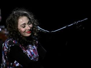 A cantora russa Regina Spektor se apresenta no festival SWU (Foto: Daigo Oliva/G1)