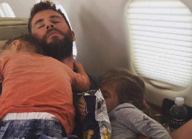 Chris Hemsworth e os filhos (Foto: Reprodução/Instagram)