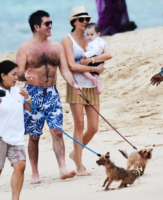 Simon Cowell com a mulher, Lauren Silverman, e o filho, Eric, em praia em Barbados (Foto: AKM-GSI/ Agência)