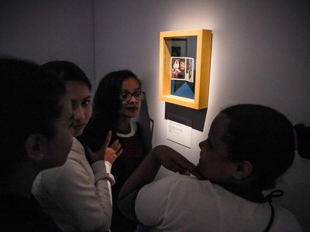 Alunos de escola do Parque Vila Maria observam fotos da mostra 'Frida Kahlo - Suas Fotos', expostas no MIS (Foto: Fábio Tito/G1)