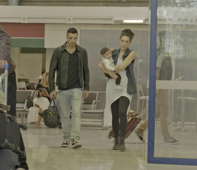 O rapaz arrasta Ciça para fora do salão de embarque e não deixa a cantora fugir com Rodriguinho (Foto: TV Globo)