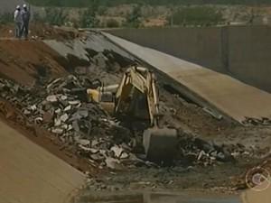 Retirados destroços da parede que cedeu de obra de transposição em Cabrobó, PE (Foto: Reprodução/ TV Grande Rio)