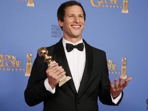 Andy Samberg vence o prêmio de melhor ator de série cômica no 71º Globo de Ouro, que acontece neste domingo (12), em Los Angeles. (Foto: REUTERS/Lucy Nicholson)