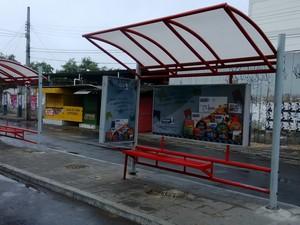Pontos de ônibus ficaram vazios por causa da paralisação (Foto: Almir Vilanova/G1 Caruaru)