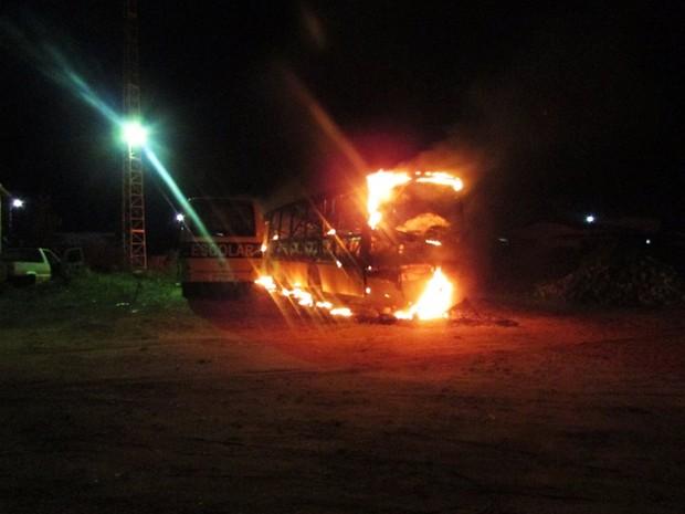 Em Pendências, ônibus foi totalmente destruído pelas chamas (Foto: Francisco Coelho/Focoelho.com)