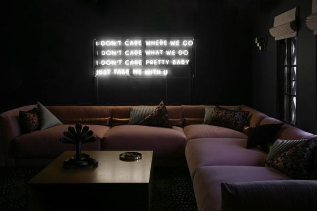 Poesia e luminárias vintage renovam casa (Foto: Divulgação)