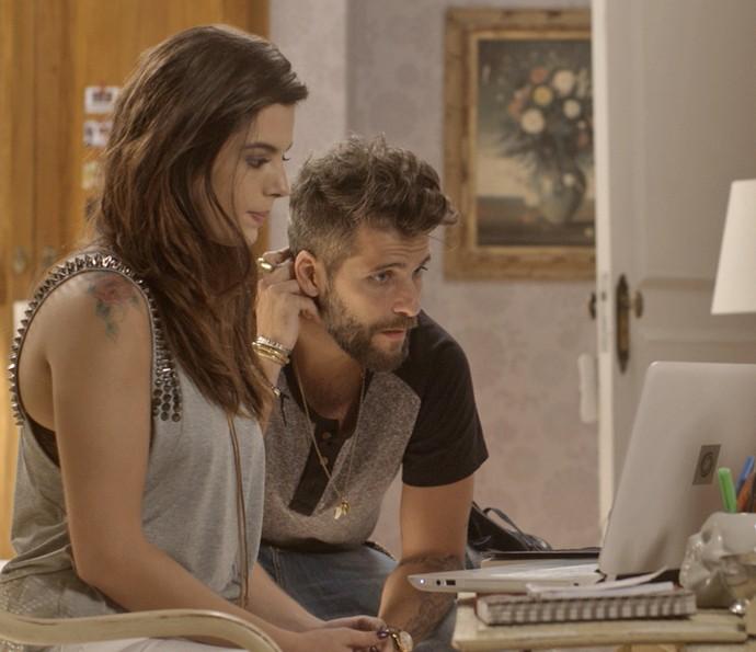 Mario e Milena ligam para Loretta (Foto: TV Globo)