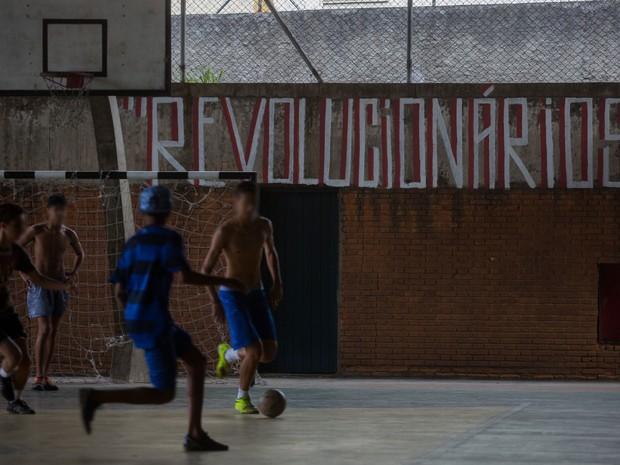 Meninos jogam bola na quadra da Escola Estadual Caetano de Campos (Foto: Victor Moriyama/G1)