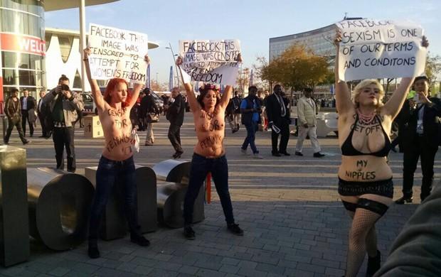 Ativistas protestaram de topless na frente de local onde Zuckerberg discursou, em Barcelona, durante MWC (Foto: G1)