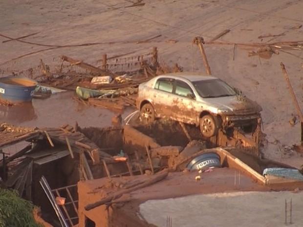 Carro fica pendurado em casa após rompimento de barragem em Mariana (Foto:  Reprodução/Globocop)