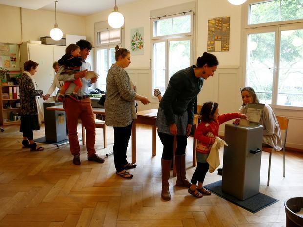 Marioria dos eleitores suíços votou contra proposta que garantiria renda básica equivalente a R$ 9 mil para todos os cidadãos do país  (Foto: Ruben Sprich/ Reuters)