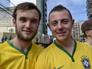 Os ingleses Eliot e Kyle aguardavam a vitória brasileira Espírito Santo (Foto: Geovana Chrystêllo/ G1)
