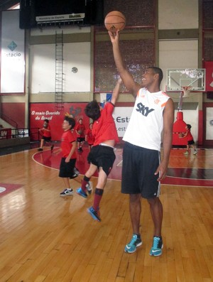 Jogadores flamengo basquete crianças escolinha (Foto: Amanda Kestelman)