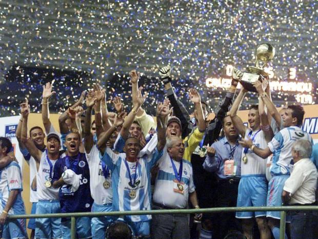 Paysandu levanta a taça de Campeão dos Campeões em agosto de 2002 (Foto: Acervo / O Liberal)