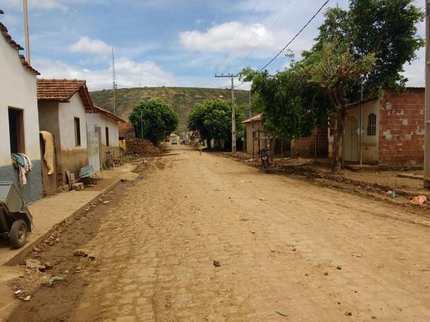 Ruas do distrito passam por limpeza, famílias começam a retornar às suas casas (Foto: Samara Barra/InterTV dos Vales)