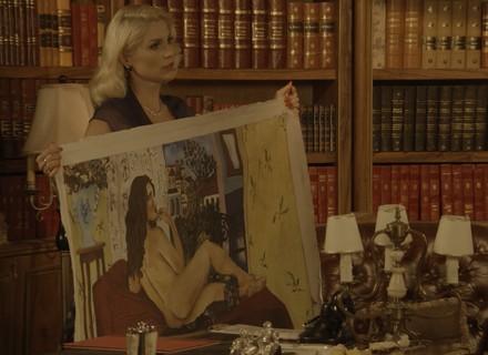 Sandra revela para Candinho pintura de Filomena nua