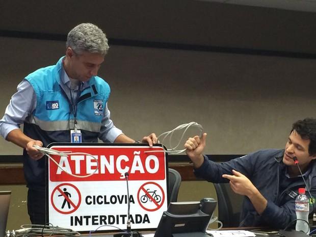 Márcio Motta e Pedro Junqueira mostram a placa que será colocada nos acessos da ciclovia em casos de interdição (Foto: Fernanda Rouvenat/G1 Rio)