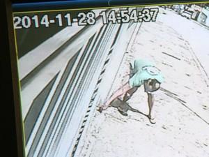 Homem é flagrado por câmera de segurança dando alimento com veneno para cachorro (Foto: Reprodução)