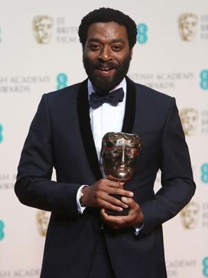 Chiwetel Ejiofor segura o prêmio de melhor ator (Foto: Joel Ryan/Invision/AP)
