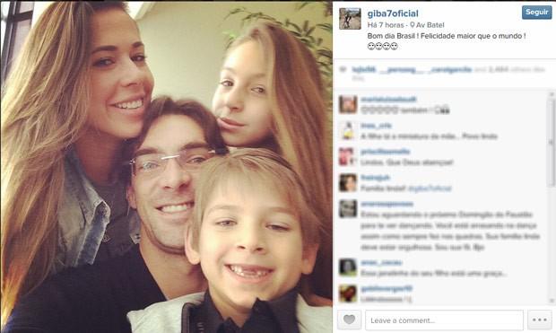 Giba aproveita a folga para visitar a família, em Curitiba (Foto: Reprodução/Redes sociais)