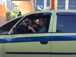 Taxista faz sinal de negativo após ficar muito tempo parado no trânsito do Rio (Foto: Guilherme Brito / G1)