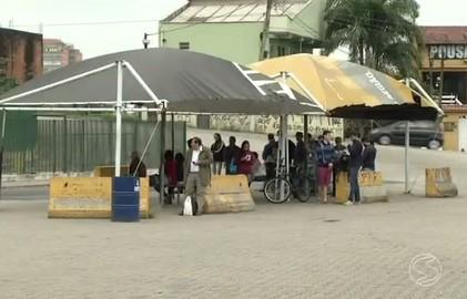 Ponto de ônibus improvisado no bairro Paraíso, em Resende, gera reclamações (Reprodução/Tv Rio Sul)