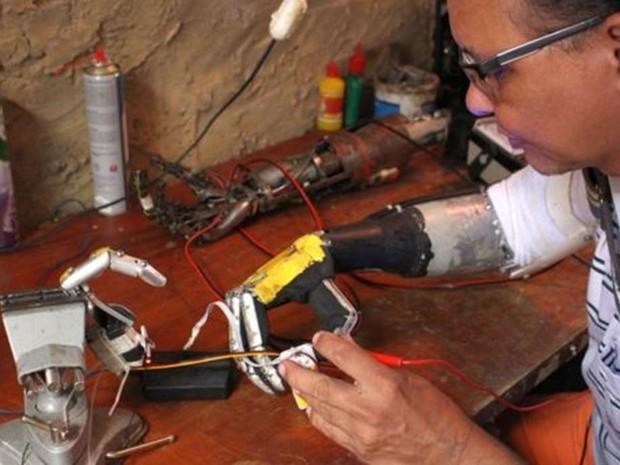 Próteses feitas por José Arivelton Ribeiro surgiram numa oficina de fundo de quintal em Fortaleza  (Foto: Rafael Luis Azevedo/BBC)