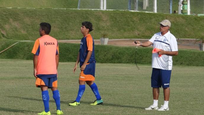Ênio Oliveira comanda treino no CSA (Foto: Henrique Pereira/ GloboEsporte.com)