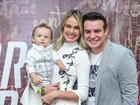 Filho de Thaís Pacholek e Belutti rouba a cena em show do pai