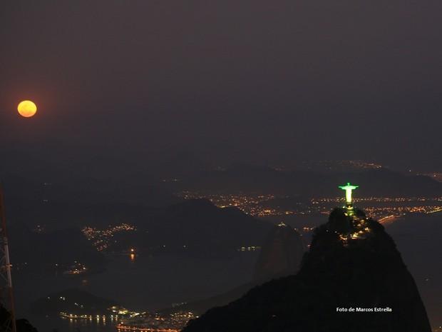 Cristo ficou verde e amarelo em noite de lua cheia (Foto: Marcos Estrella / Globo)