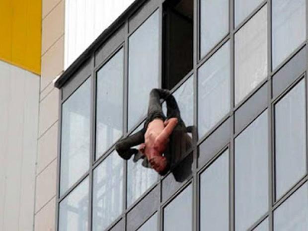 Russo ficou pendurado por perna da calça por 30 minutos no 15º andar (Foto: Reprodução/YouTube/Siberian Times)